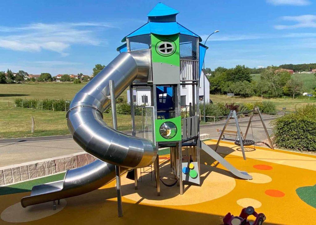 67- aménagement d'une aire de jeux avec toboggan tubulaire